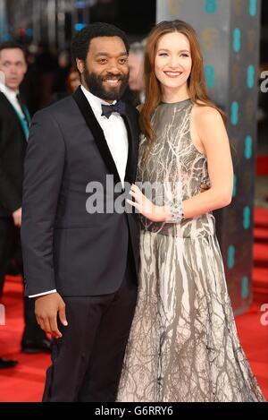 Chiwetel Ejiofor und Sari Mercer die EE British Academy Film Awards 2014, im Royal Opera House, Bow Street, London. Stockfoto