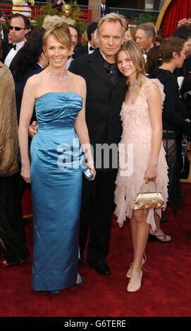 Sänger Sting kommt mit seiner Frau Tudie Styler und Tochter Coco zum 76. Academy Award ins Kodak Theater in Los Angeles. Sting trägt einen Chopard Diamond Cravat Pin und passende Manschettenknöpfe. Stockfoto
