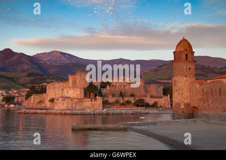 Sonnenaufgang über Stadt Collioure, Pyrenäen-Orientales, Languedoc-Roussillon, Frankreich - Stockfoto