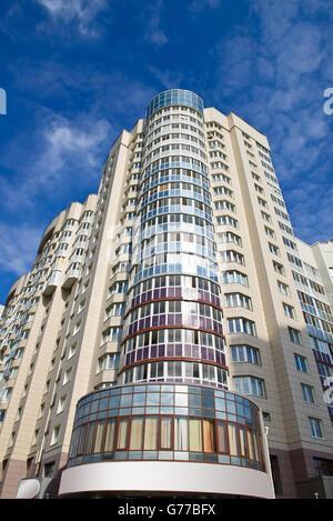Eigentumswohnung oder Mehrfamilienhaus mit moderner Architektur in der Innenstadt - Stockfoto