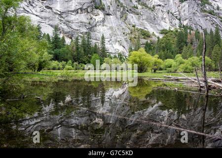 Mauer aus Granit spiegelt sich in Mirror Lake im Yosemite National Park. - Stockfoto