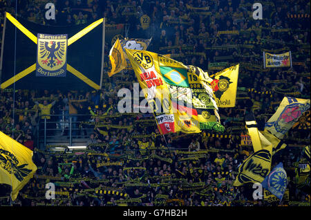 BVB-Fans mit Fahnen in den südlichen Ufer, Bundesliga, Bundesliga, Borussia Dortmund - 1. FC Köln 5:0, Signal-Iduna - Stockfoto