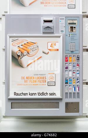 Zigarettenautomat an Wand in der Straße in der Innenstadt von Wien, Österreich - Stockfoto