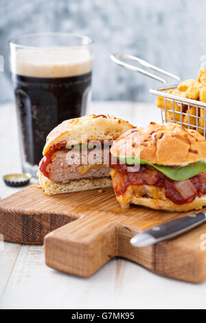 Hausgemachte Schweinefleisch Burger mit Käse füllen - Stockfoto