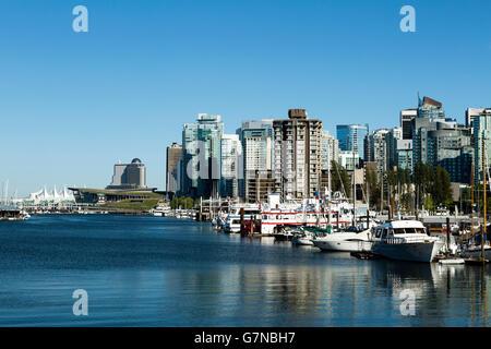 Skyline Stadtbild Blick auf Kohle Harbor, Canada Place, Vancouver Convention Centre und Innenstadt von Vancouver, - Stockfoto
