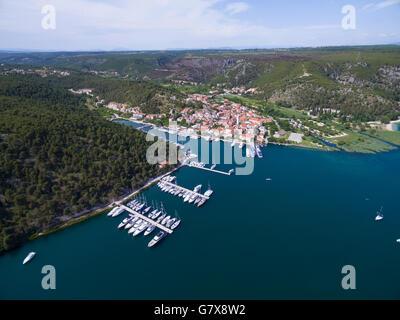 Luftbild der Altstadt Skradin am Fluss Krka, Kroatien - Stockfoto