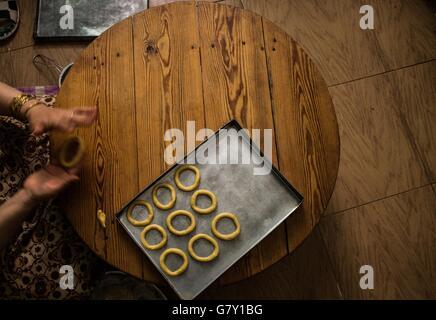 Ägypten. 27. Juni 2016. Ägypterin, Kekse und Snacks in Vorbereitung auf die Feier des Eid al Fitr-Urlaub in einem - Stockfoto