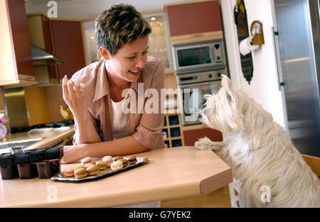 Frau und ihr Hund in einer Küche - Stockfoto
