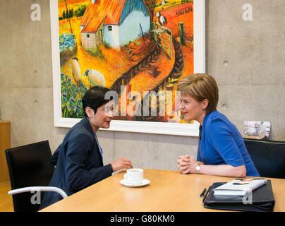 Die erste Ministerin von Schottland Nicola Sturgeon und die Direktorin von Liberty Shami Chakrabarti (links) treffen sich im schottischen Parlament, da die britische Regierung die Menschenrechte schützen sollte, anstatt zu versuchen, die Uhr zurückzudrehen und sie zu schwächen, sagte Frau Sturgeon.