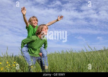 gesunde Kinder spielen im Freien im Sommer - Stockfoto