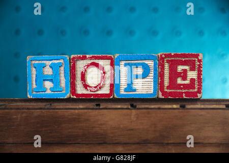 """Das Wort """"Hoffnung"""" mit Buchstaben auf Holzspielzeug Blöcke geschrieben - Stockfoto"""
