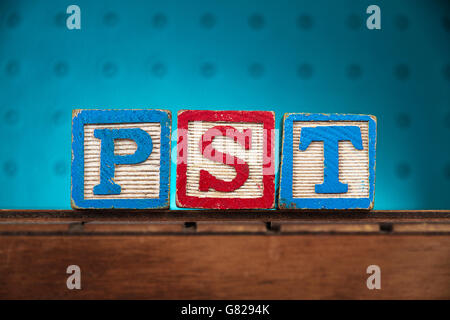 """Das Wort """"pst"""" mit Buchstaben auf Holzspielzeug Blöcke geschrieben - Stockfoto"""