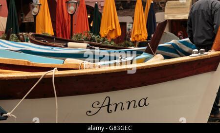 Boote in einer Reihe namens Anna Italien Vernazza Hafen Hafen - Stockfoto