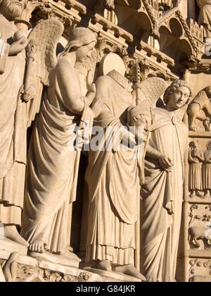 Statuen entlang der Fassade der Kathedrale Notre Dame, Paris, Frankreich - Stockfoto