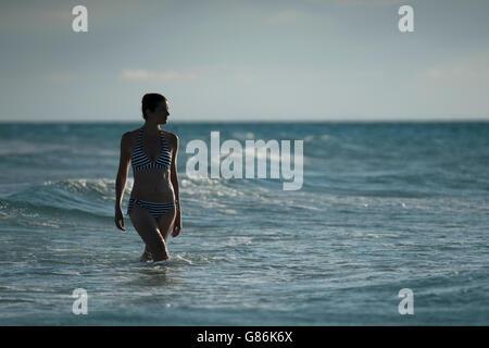 Frau posiert auf einem tropischen Strand - Stockfoto