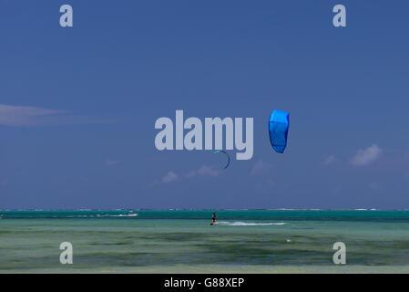 Kitesurfer am Strand von Hotel Mourouk Ebony, Port du Sud-est, Rodrigues - Stockfoto