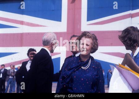Premierministerin Margaret bei ihrem Besuch bei der britischen Hovercraft Corporation Ltd mit Sitz in East Cowes. Die Flagge, die auf einer Hangartür gemalt wird, wird behauptet, die größte ihrer Art in der Welt zu sein. Der Besuch auf der Insel markierte das Ende der Wahlkampftour von Frau Thatcher. Stockfoto