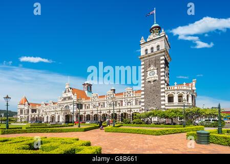 Dunedin Bahnhof an einem sonnigen Tag, erbaut 1906 im wiederbelebten flämischen Renaissance-Stil - Stockfoto