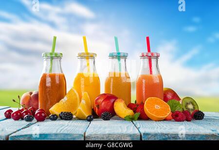 Frische Gläser Saft mit Obst mischen platziert am Strand auf ...