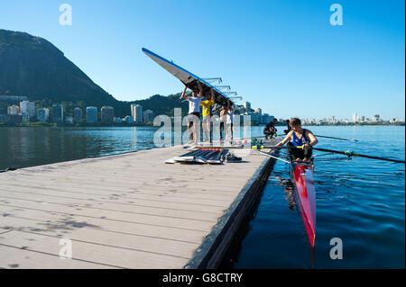 RIO DE JANEIRO - 22. März 2016: Nach dem Training, brasilianischer Ruderer tragen ihr Boot zurück zum Clubhaus in - Stockfoto