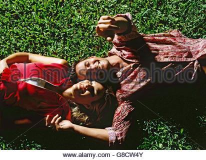 Paar sucht in den sternenklaren Himmel - Stockfoto