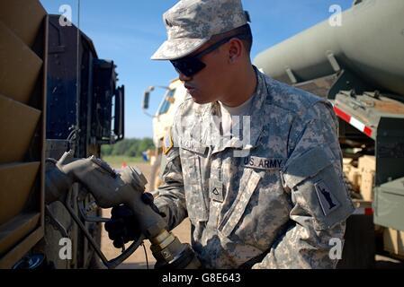 4. Dezember 2015 - Oleszno, Polen - Pfc. Aung Kyaw, ein Erdöl liefern-Spezialist mit der US Army Reserve 716th Quartermaster - Stockfoto