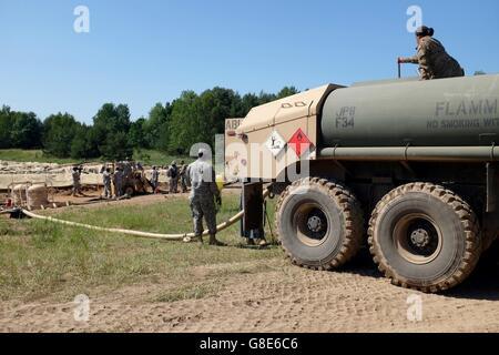 5. Juni 2016 - Oleszno, Polen - Petroleum liefern Spezialisten mit der US Army Reserve 716th Quartermaster Company, - Stockfoto
