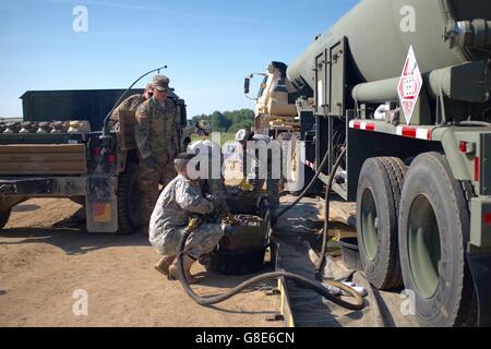 4. Juni 2016 - Oleszno, Polen - Spc. Dan Bora, ein Erdöl liefern-Spezialist mit der US Army Reserve 716th Quartermaster - Stockfoto