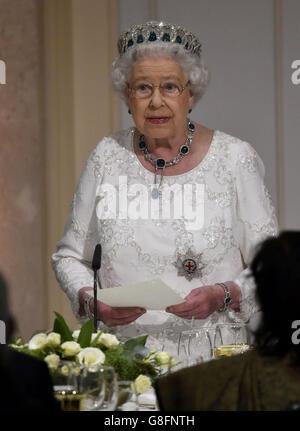 Königin Elizabeth II. Hält ihre Rede beim traditionellen CHOGM Dinner im Corinthia Palace Hotel in Attard, Malta.