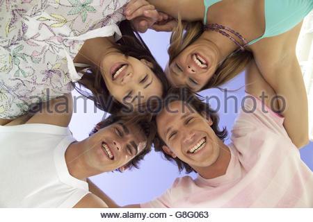 Niedrigen Winkel Ansicht von Freunden im huddle - Stockfoto