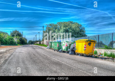 Abfall Container am Rande der Straße in Hdr Ton - Stockfoto