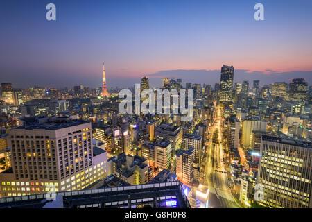 Skyline von Tokyo, Japan über Shiodome Viertel in Richtung Tokyo Tower. - Stockfoto