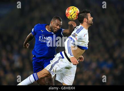 Wes Morgan von Leicester City (links) und Diego Costa von Chelsea kämpfen während des Spiels der Barclays Premier League im King Power Stadium in Leicester um den Ball.
