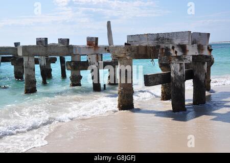 Anlegestelle Ruinen in das türkisfarbene Wasser des Indischen Ozeans am Jurien Bay Strand unter blauem Himmel auf - Stockfoto