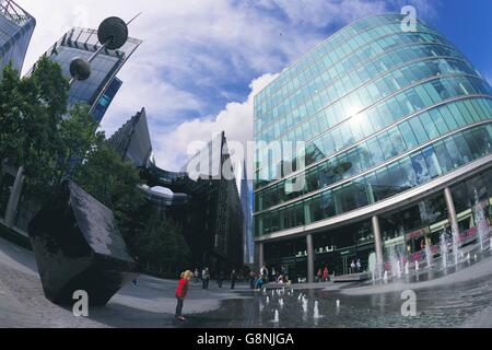 Mädchen spielen in Springbrunnen, mehr London Riverside Hotel, South Bank, London, England, UK, GB, Britische Inseln, - Stockfoto