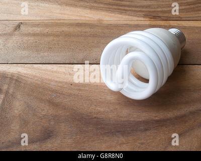 Energiesparlampe auf alten hölzernen Hintergrund - Stockfoto