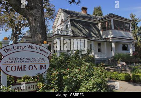 Historische 1908 niederländischen kolonialen Zuhause im Herzen von Hood River, Oregon Herstellung Birne Weine, u - Stockfoto