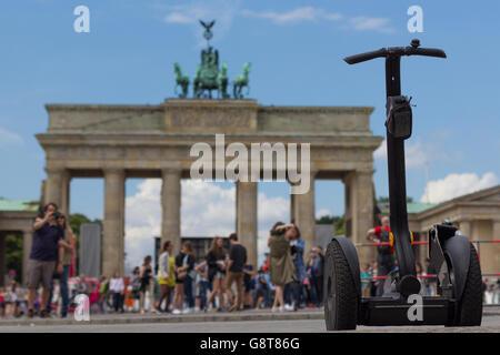 Segway und Touristen am Brandenburger Tor, Berlin - Stockfoto