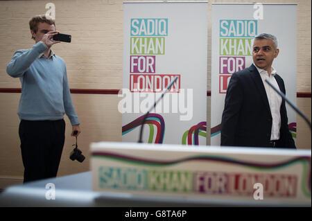 Sadiq Khan, Labours Kandidat für den Bürgermeister von London, hält eine Rede, in der er seine Pläne für bezahlbaren Wohnraum in der Hauptstadt im Anchor Community Center im Südwesten Londons darlegt. Stockfoto