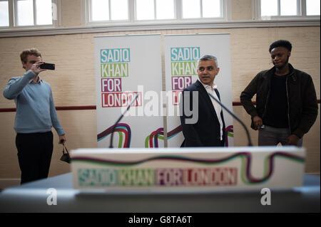 Sadiq Khan (Mitte), Labours Kandidat für den Bürgermeister von London, hält eine Rede, in der er seine Pläne für bezahlbaren Wohnraum in der Hauptstadt im Anchor Community Center im Südwesten Londons darlegt. Stockfoto