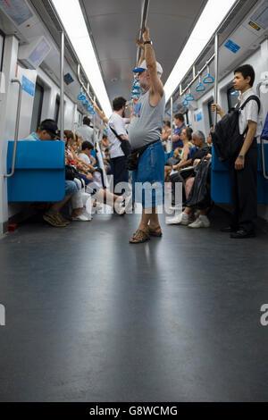 RIO DE JANEIRO - 24. März 2016: Brasilianer Autokauf relativ leer fahren mit der u-Bahn. - Stockfoto