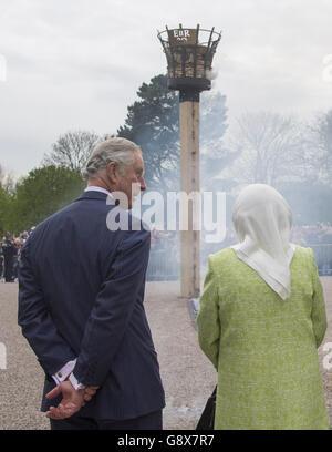Königin Elizabeth II., begleitet vom Prince of Wales, zündet ein Leuchtfeuer an Windsor Castle in Berkshire, als sie ihren 90. Geburtstag feiert.