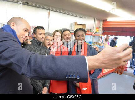 Labors Kandidat für den Bürgermeister von London Sadiq Khan (vierte links) und den lokalen Parlamentsabgeordneten Chuka Umunna (links) mit Unterstützern in Brixton, Süd-London. Stockfoto