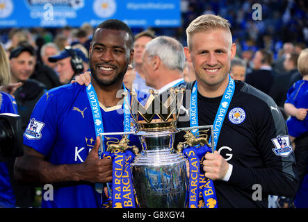 Leicester City's Wes Morgan (links) und Torhüter Kasper Schmeichel mit der Trophäe als das Team feiern den Sieg der Barclays Premier League, nach dem Spiel im King Power Stadium, Leicester.