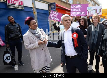 Sadiq Khan, Labours Kandidat für den Bürgermeister von London, trifft auf dem East Street Market in Walworth im Südosten Londons am Vorabend der Wahl bei den Bürgermeisterwahlen auf Käufer und Händler. Stockfoto