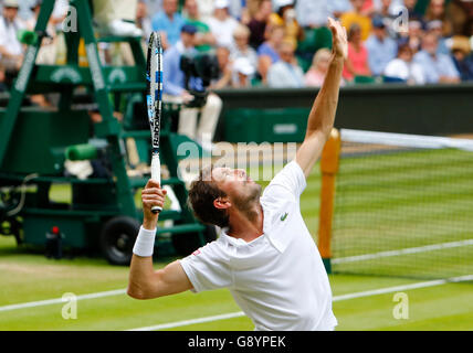 London, UK. 30. Juni 2016. Wimbledon Tennis Championships Tag vier. Julien Benneteau (FRA) dient während seiner - Stockfoto