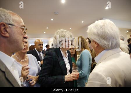 London, UK, 30. Juni 2016. Theresa Mai Gespräche mit Mitgliedern des Hampstead und Kilburn konservativen Verein - Stockfoto