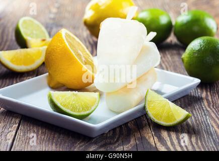 Hausgemachter Limetten und Zitronen Saft Eis am Stiel - Stockfoto
