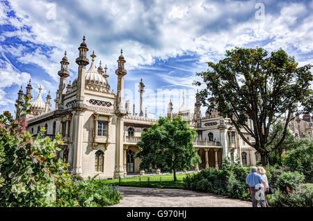 Königliche Pavillion Brighton gegen einen hellen blauen Sommerhimmel. Mann & Frau auf mit Blick auf den Pavillion. - Stockfoto