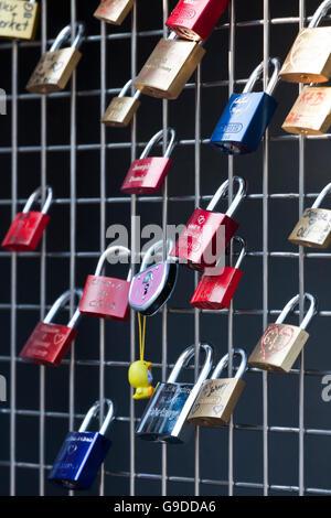 Liebesschlösser für Liebhaber auf der Brücke Goetzenturm-Bruecke, Heilbronn, Baden-Württemberg - Stockfoto